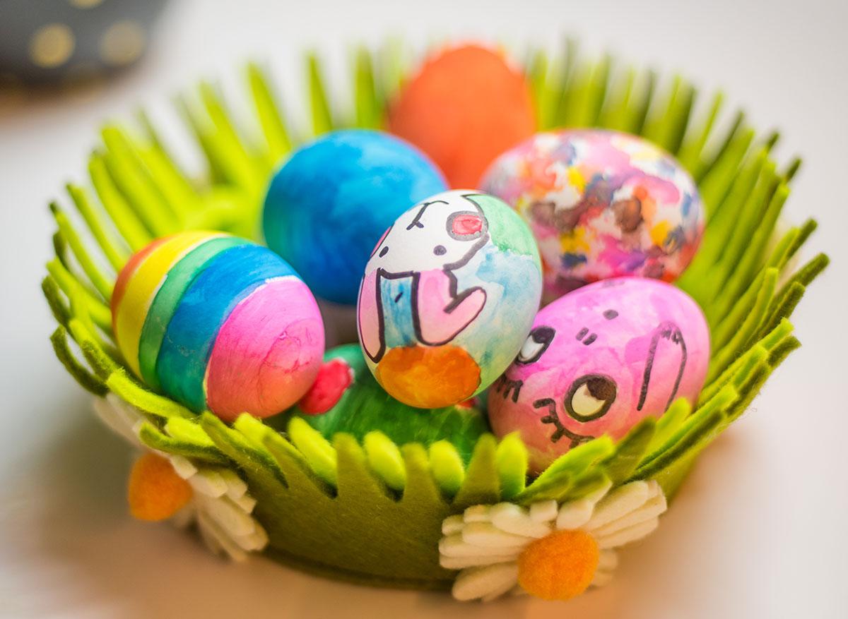 Yllätä kotiväki – värjää kananmunat mustikalla